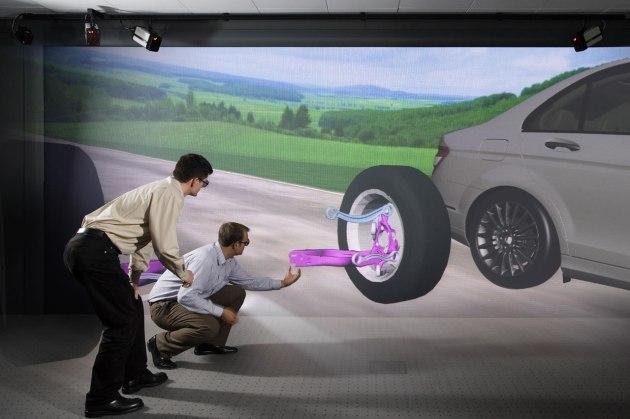 Ingenieros de Mercedes Benz analizando el comportamiento de piezas en prototipo digital